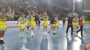 Los jugadores del Saint-Raphael celebran la victoria