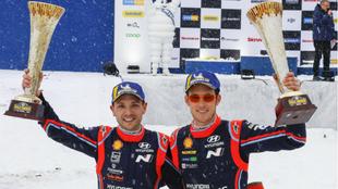 Thierry Neuville posa con su copiloto, Nicolas Gilsoul, en el podio...