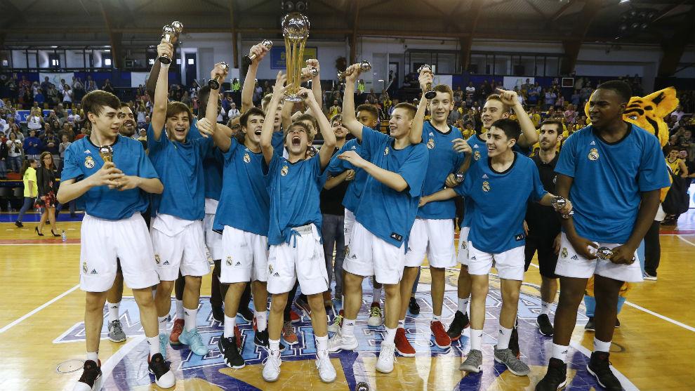 Los jugadores del Madrid infantil celebran el triunfo en la Minicopa.