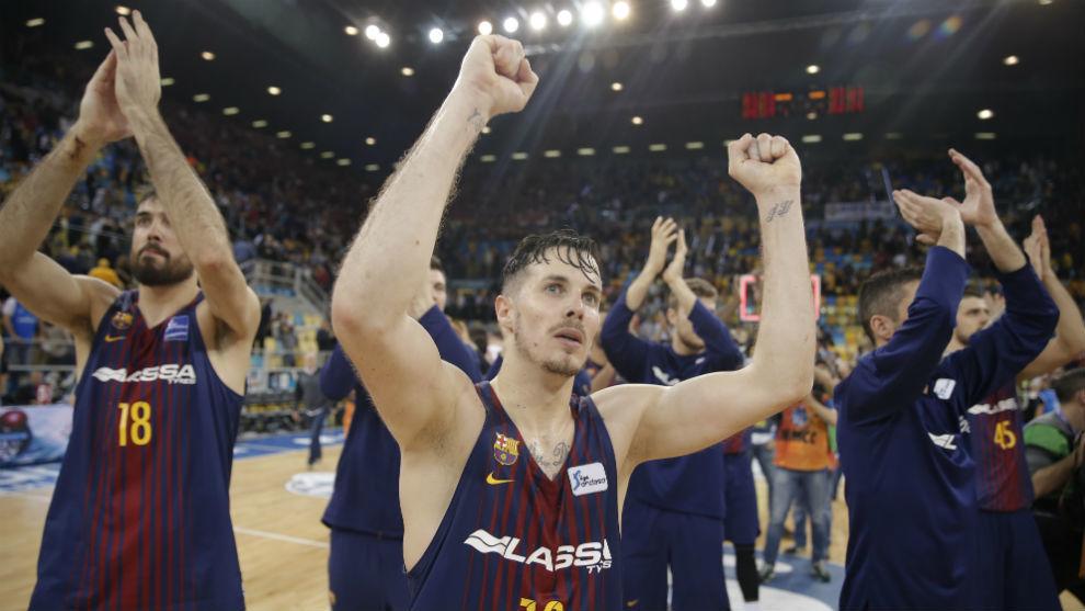 Los jugadores del Barcelona Lassa celebran la victoria ante el...