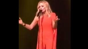 La cantante cantó su propia versión del himno de España