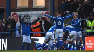 Los jugadores del Rochdale celebran uno de sus goles.