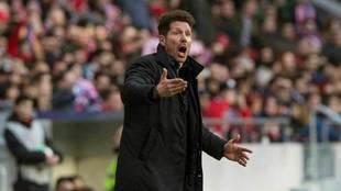 Simeone, en un momento del partido contra el Athletic.