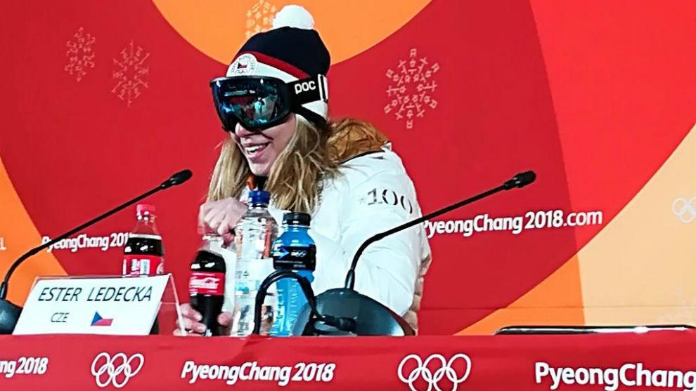 Ledecka, con las gafas puestas, durante la conferencia de prensa