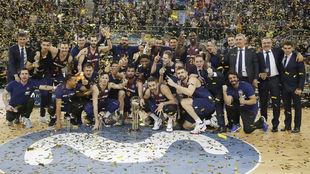 Los jugadores del Barcelona posan con la Copa del Rey