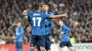 Ramos celebra su gol con Lucas en el Villamarín
