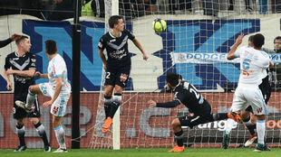 Thauvin cabecea a gol el 1-0 del Marsella.