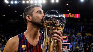 Juan Carlos Navarro besa la séptima Copa del Rey que conquista en su...