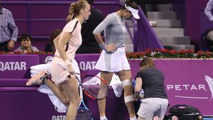 Garbiñe siendo vendada, mientras que Kvitova calienta