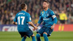 Lucas y Ramos celebran el gol del de Camas