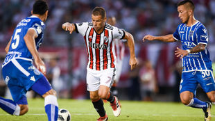 Rodrigo Mora rodeado de rivales.