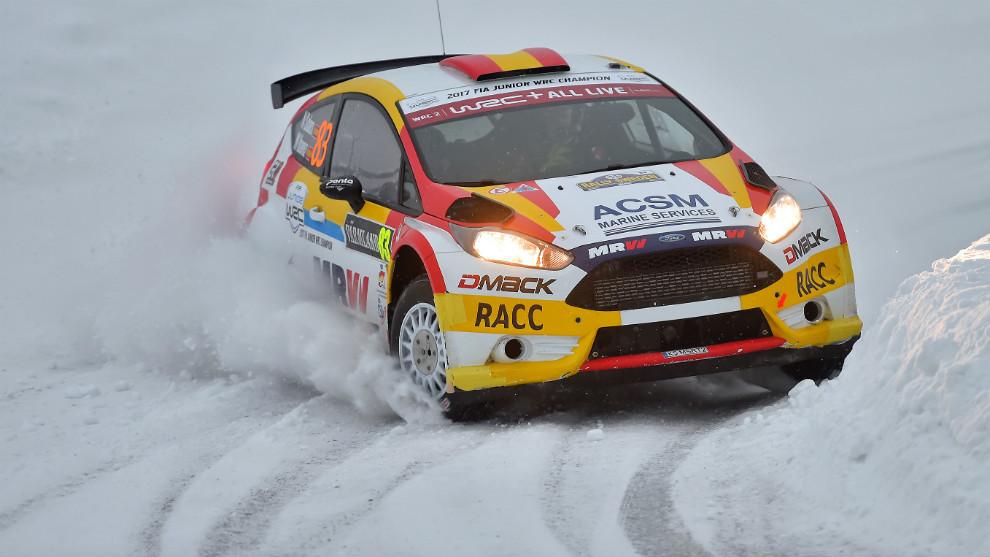 El joven español, derrapando sobre la nieve con su nuevo Ford