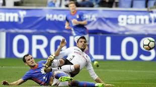 Linares, en una disputa con Gaffoor  durante el partido ante el...