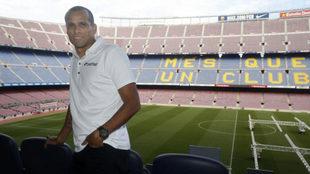 Rivaldo posa para MARCA en el Camp Nou.