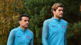 Marcos Alonso y Pedro en el entrenamiento del Chelsea de este lunes.