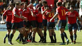 Los jugadores de la selección de rugby se abrazan