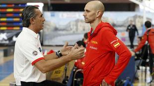 Sergio Scariolo charla con Albert Oliver durante la pasada...