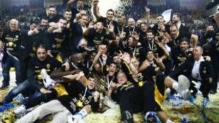 El AEK de Atenas posa con su Copa tras vencer al Olympiacos