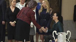 La Reina Sofía saludando a Teresa Perales