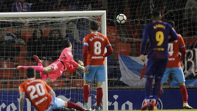 Nahuel, el meta Juan Carlos y los defensas del Lugo miran al balón en...