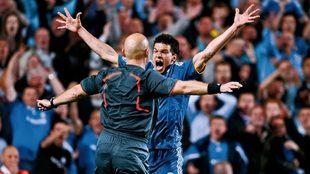 Ballack protesta a Ovrebo durante la semifinal de la Champions League
