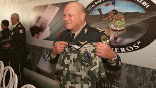 El General Enrique Covarrubias López posa con la camiseta de...