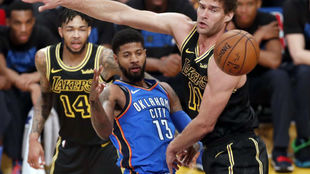 Paul George en un partido Thunder vs Lakers esta temporada