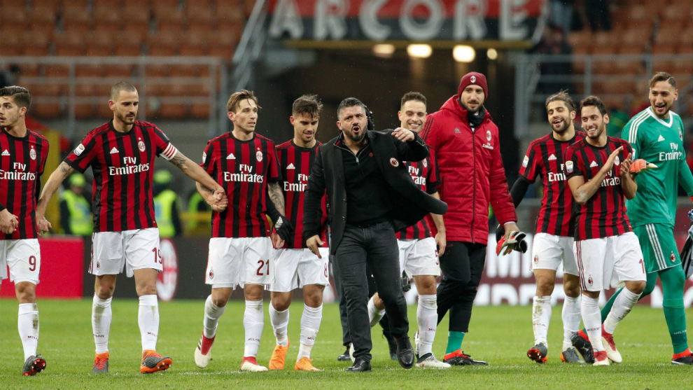 Gattuso y Bonnuci junto con el resto de la plantilla del Milan...