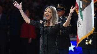 Fergie durante su interpretación del himno de Estados Unidos en el...