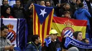 La bandera estelada y la española, durante el partido contra el...
