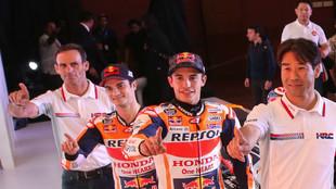 Alberto Puig, junto a sus pilotos y al director del equipo HRC
