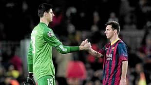 Courtois y Messi se saludan en un partido.