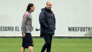 Milito y Guardiola charlan en su etapa en el Barcelona.
