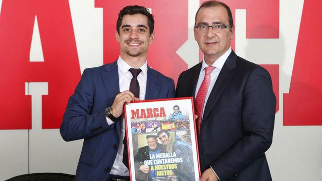 Javier Fernández recibe una portada homenaje de manos del director de...