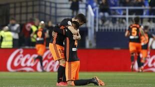 Murillo se abraza a Gayá en el césped de La Rosaleda.