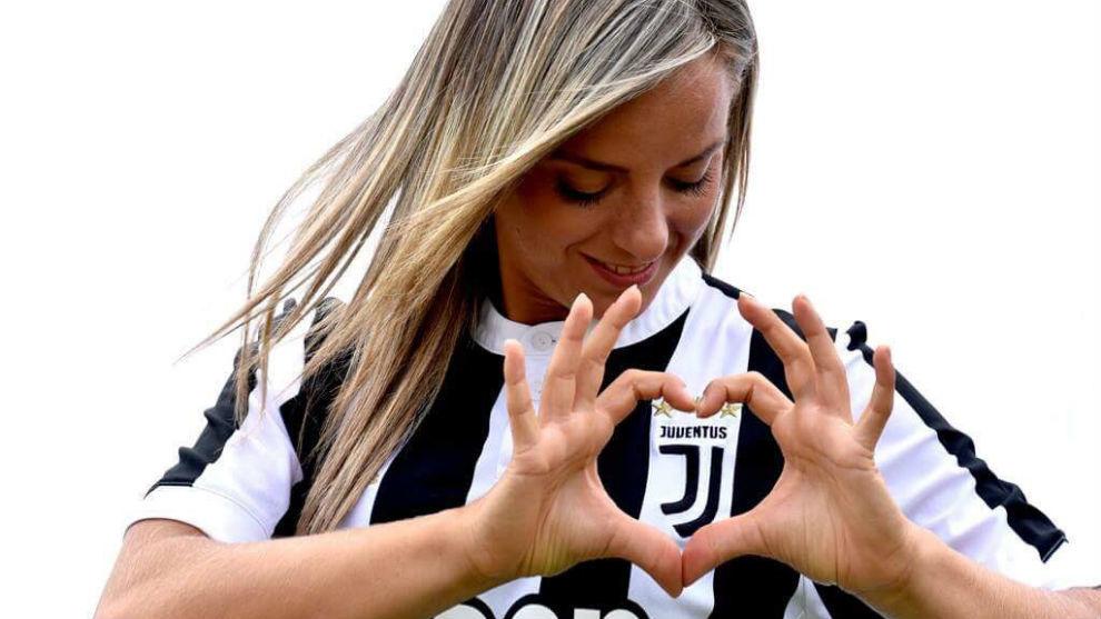 Martina Rosucci posa con la camiseta del club de sus amores, la...