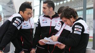 Alonso, con el resto del equipo hoy en Portimao.