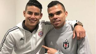 James y Pepe, después de acabar el Bayern-Besiktas