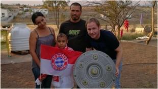 Gerald Fiedler, con Saúl y su familia.