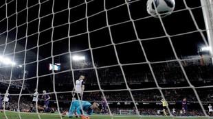 Jaume mira cómo entra el balón rematado por Coutinho en su...