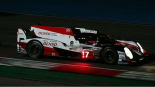 Fernando Alonso, en pista, de noche.