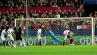 Sergio Rico hace una parada ante la Juve, en la Champions de la...