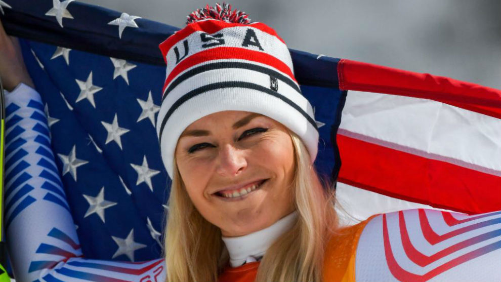 Lindsey Vonn posa con la bandera estadounidense tras lograr el bronce...