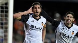 Parejo celebra con Guedes el gol de penalti al Levante