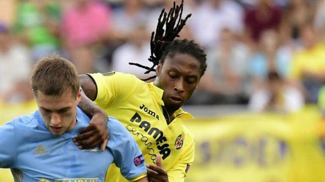 Semedo pugna con un rival durante un partido de Europa League.