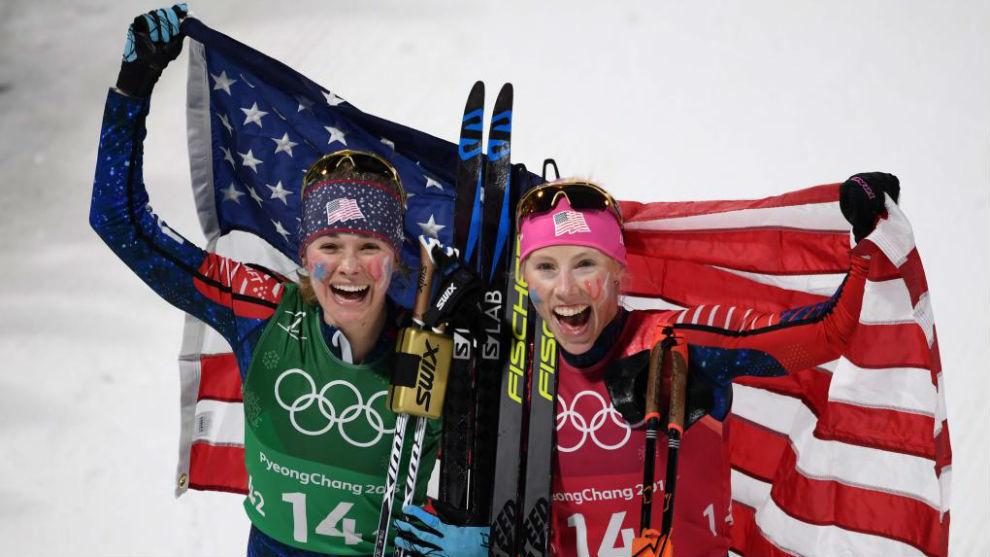 Jessica Diggins y Kikkan Randall posan con la bandera de Estados...
