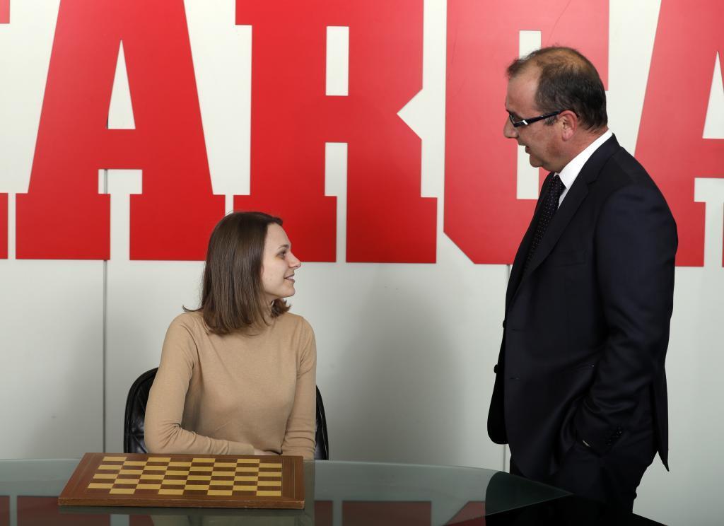 Anna Muzychuk charla con el director de MARCA, Juan Ignacio Gallardo.