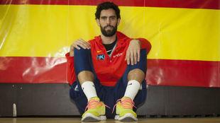Javi Beirán posa delante de un bandera de España.