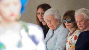 La reina Isabel II junto a Anna Wintour, editora de la edición...