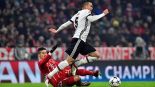 James trata de arrebatarle un balón a Pepe antes de caer lesionado